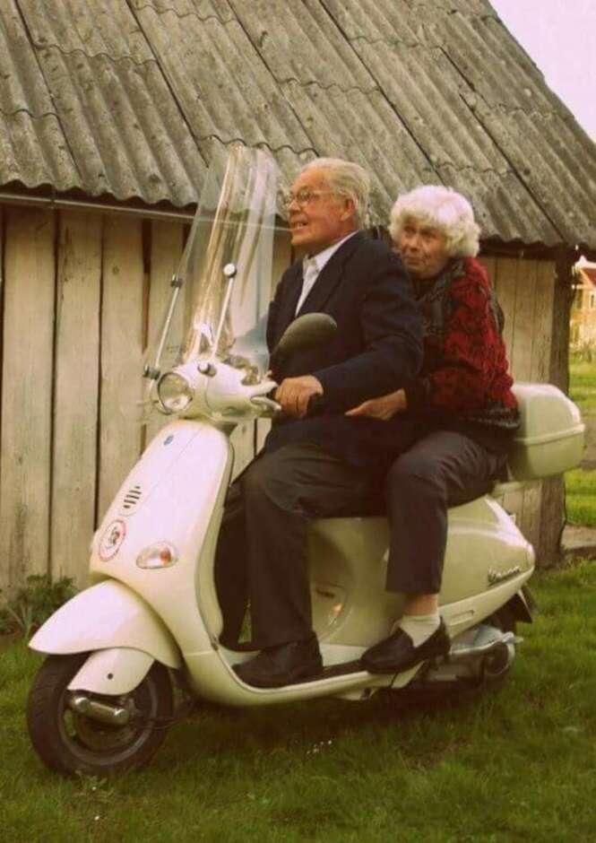 Casais idosos provando que o amor não tem idade