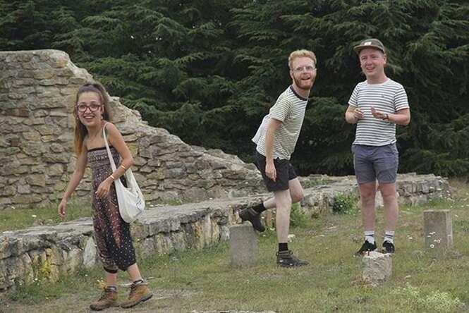 Ilustrador faz as fotos de férias com os amigos se tornarem imagens engraçadíssimas