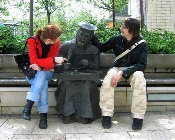Pessoas que se divertiram com estátuas